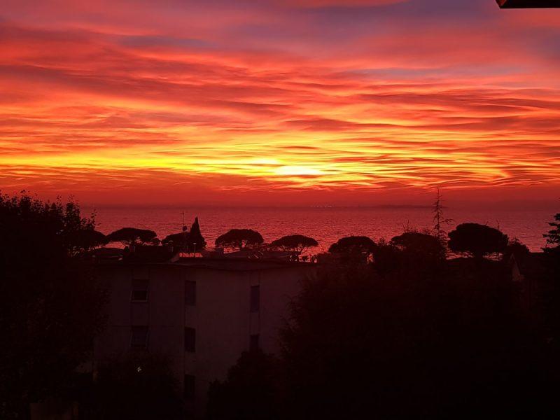 Tramonto rosso visto dal lago di Garda