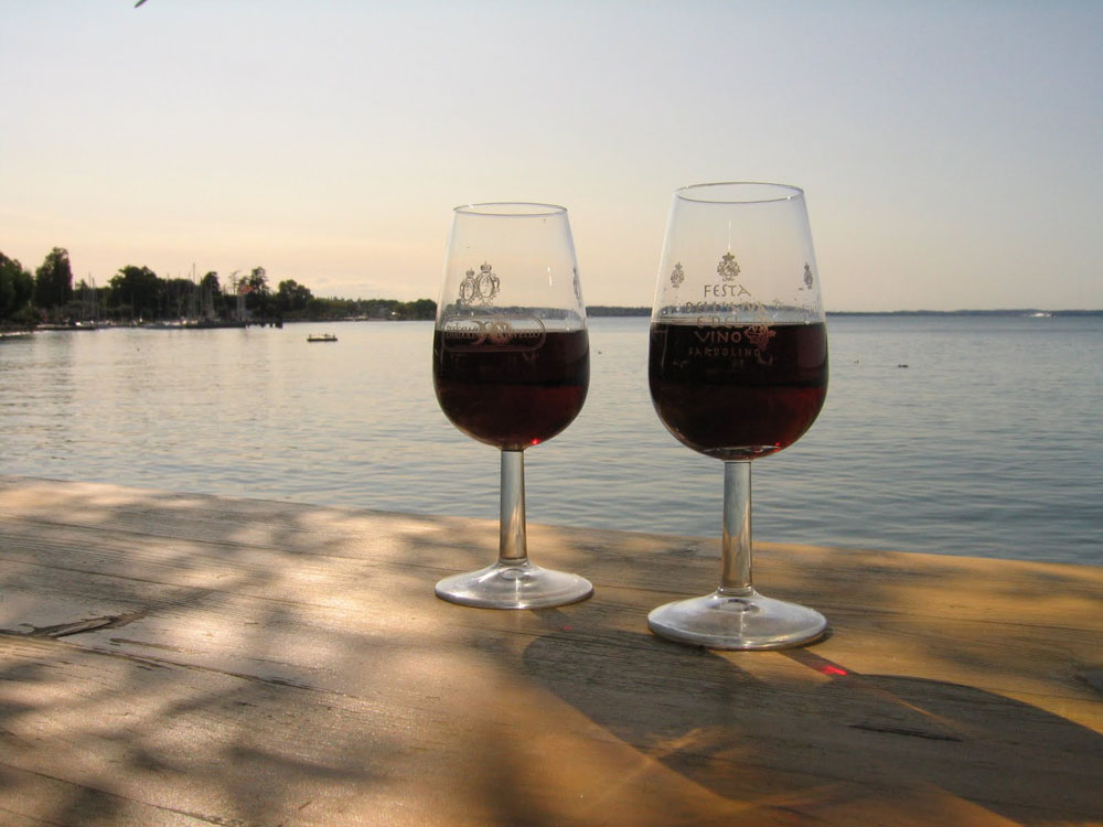 Vino in riva al lago in un tour con NCC